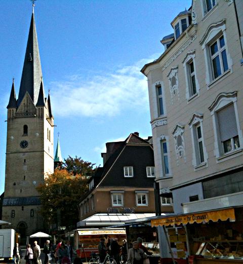 Marktplatz mit Kirchturm