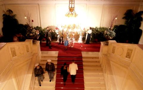 Die Dame rechts zerrupft das Bouquet.