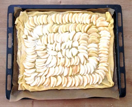 Apfelwähe, bevor sie in den Ofen kommt