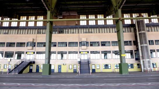 Tempelhof: Vor der Abfertigungshalle