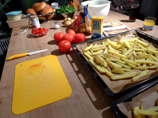 Kochvorbereitungen mit rohen Pommes