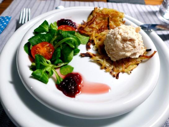 Räucherforellenmouse auf Rösti mit Blattsalat und Preisselbeeren