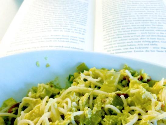 Mittagessen: Nudeln und Buch