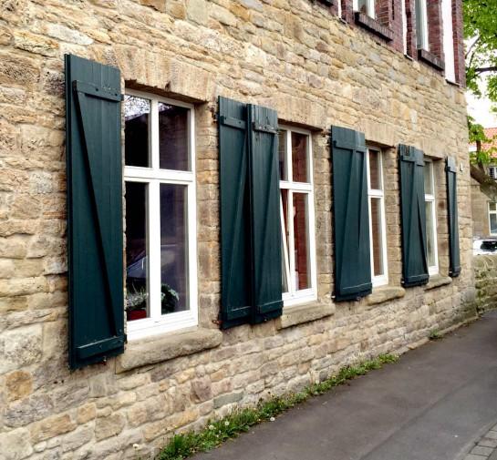 Dortmund-Schüren, Haus aus Natursteinen mit Fenstern mit Fensterläden
