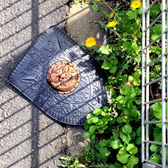 Dortmund-Schüren, Ritterschild für Kinder, auf dem Boden neben einem Zaun
