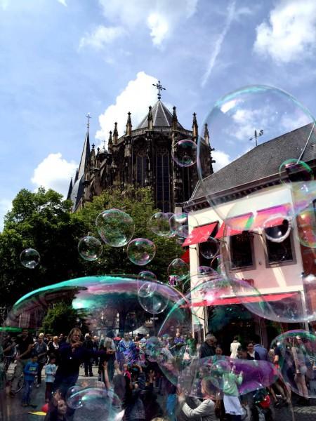 Seifenblasen vor dem Aachener Dom