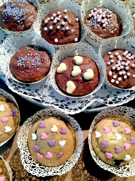 Cupcake-Dingsis ohne Topping, dafür mit Glasur und Herzen
