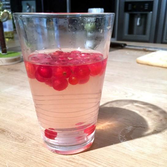 #12von12: Wasserglas - Johannisbeeren oben