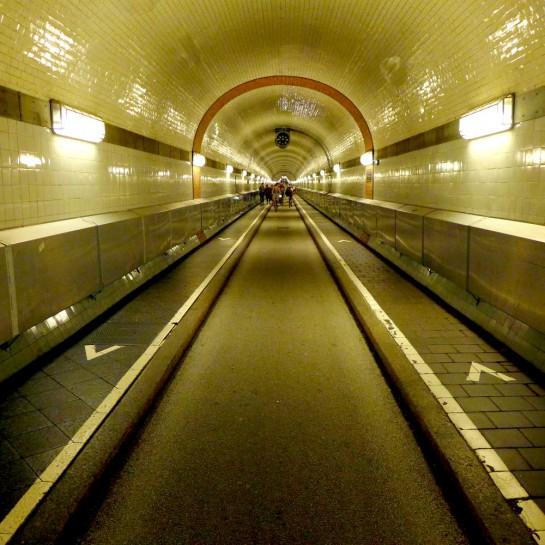 Alter Elbtunnel. Blick in die Flucht des Tunnels. Fahrradfahrer in der Ferne.