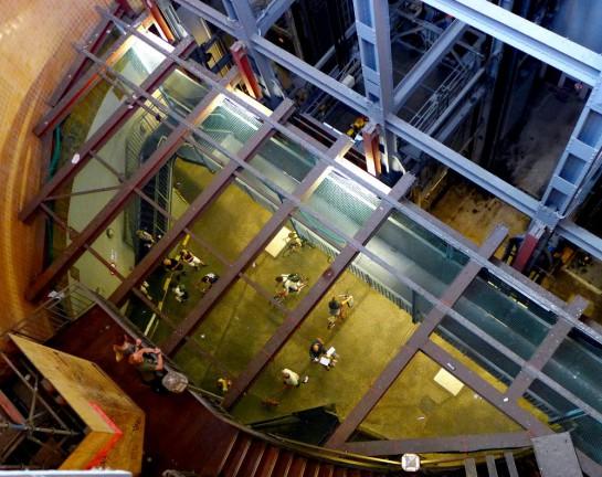 Alter Elbtunnel: Eingang. Blick von oben auf Passanten durch ein gespanntes Netz.