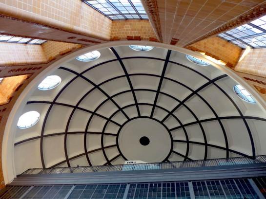 Alter Elbtunnel: Blick von unten in die Kuppel des Eingangs