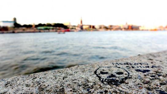 Elbe, im Vordergrund: Totenkopfmalerei auf Stein