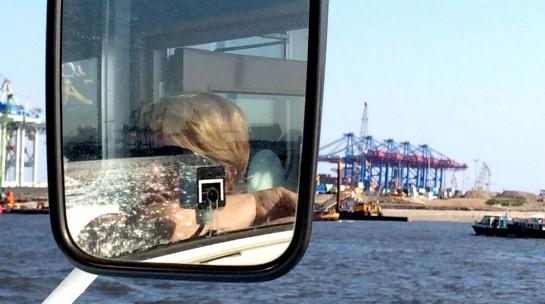Hafenrundfahrt. Frau Nessy spiegelt sich im Außenbordspiegel.
