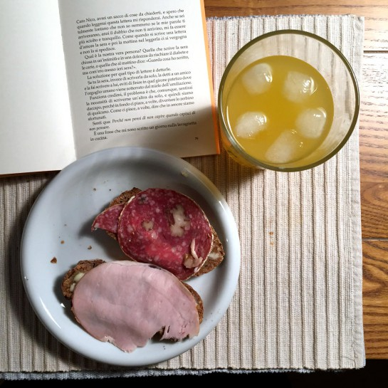 12von12 im November: Frühstück mit zwei Broten, Buch und einer Maracujasaftschorle