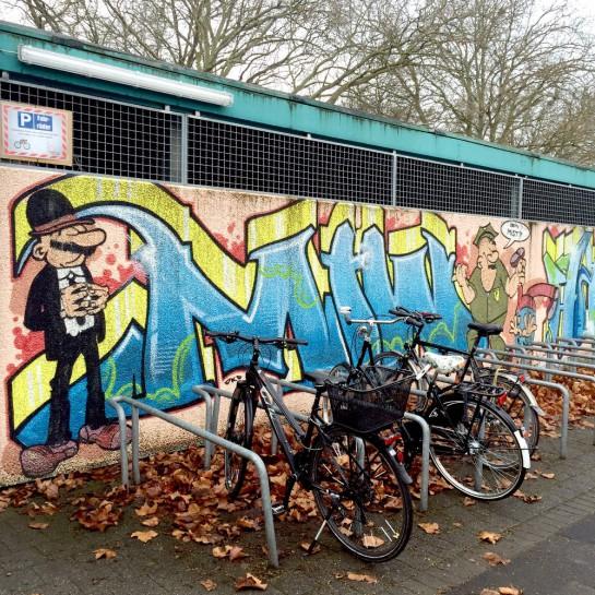 12von12: Buch Wand mit Grafitti, davor Fahrräder