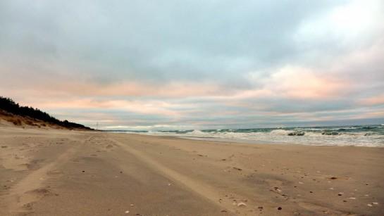 Blick den Strand entlang, Dämmerung