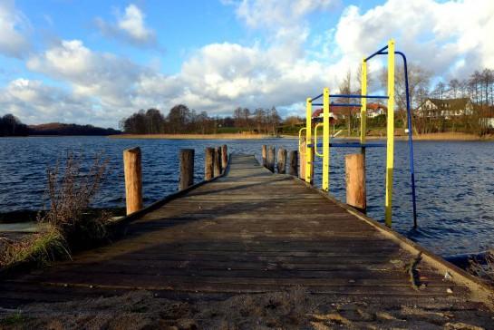 Ostrzyce-See mit Steg und Sprungturm ins Wasser
