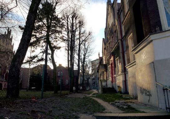 Wrzeszcz: Häuserfronten nahe der Kirche