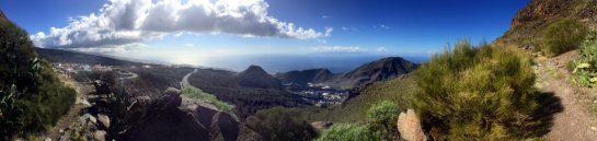 Blick ins Tal, Straße windet sich, im Hintergrund das Meer