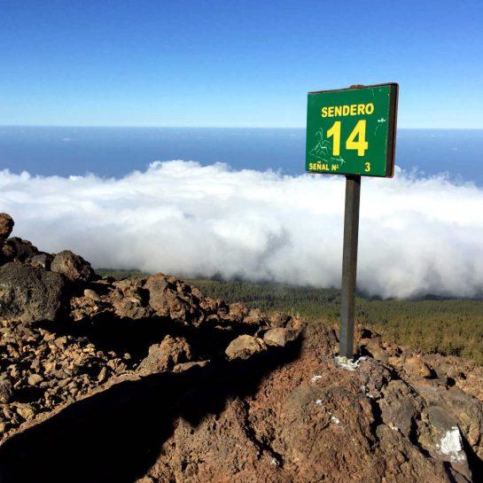 Sentero 14: Schild über den Wolken