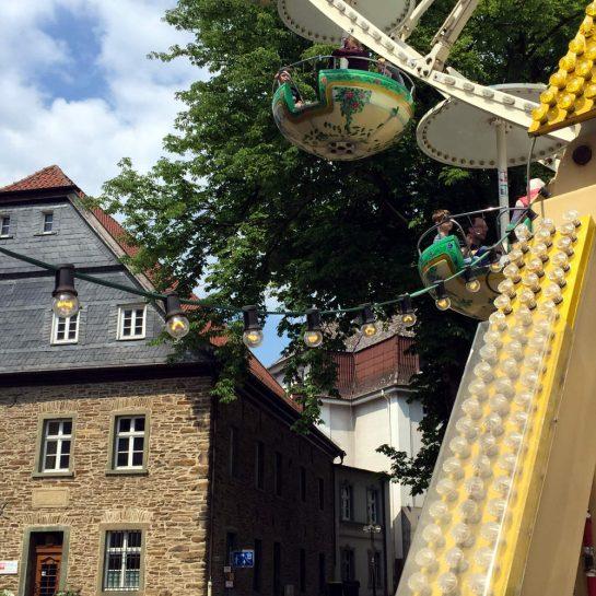 Pfingstkirmes Menden: Riesenradgondel vor Fachwerkhaus