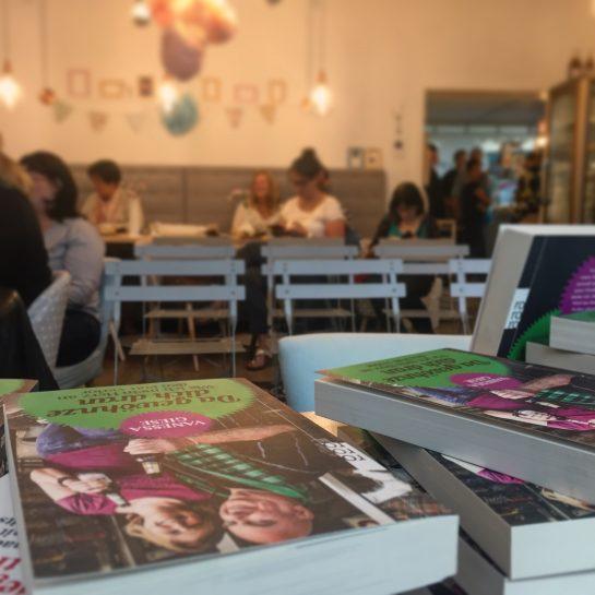 Aussicht vom Lesetisch aus ins Café