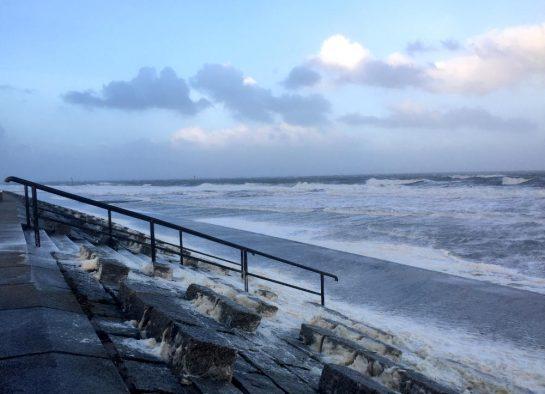 Norderney: Orkan Herwart weht Gischt an den Strand