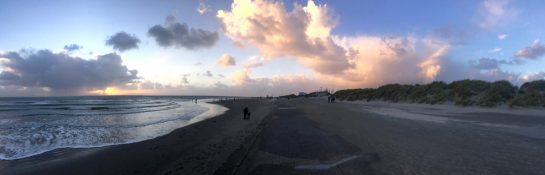 Norderney: Strand im Sonnenuntergang vor dem Regen