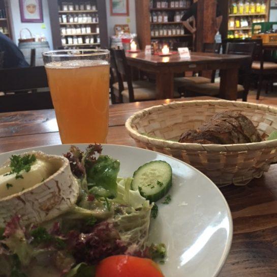 Salat mit Apfelschorle und Brot