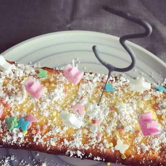 Kuchen mit einer Wunderkerze