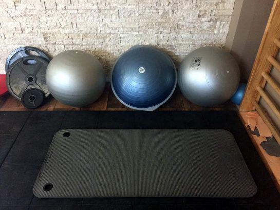 Turnmatte, Bälle und Fitnesszeugs