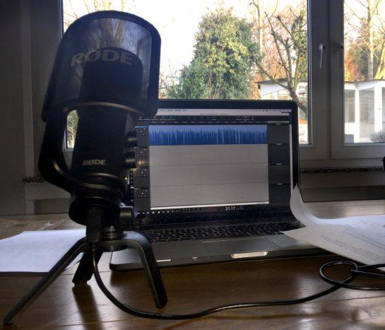 Podcast Backstage: Mikro vor Rechner mit Tonspur