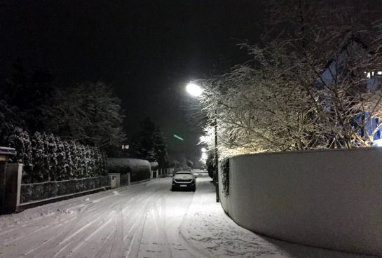 Winter in Waldperlach: verschneite Straße im Wohngebiet