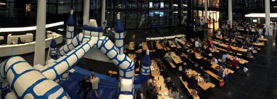 DMCMUC: Foyer mit Hüpfburg und Bierbänken