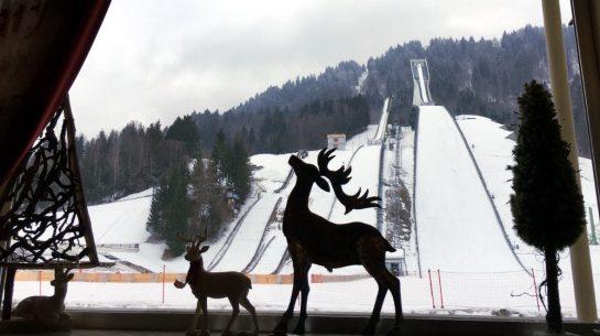 Olympiaschanze, davor Fensterdeko