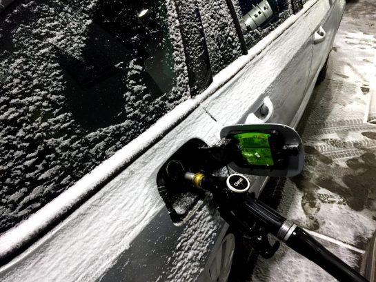 Tankrüssel im Auto, auf der Karosserie festgefrorener Schnee
