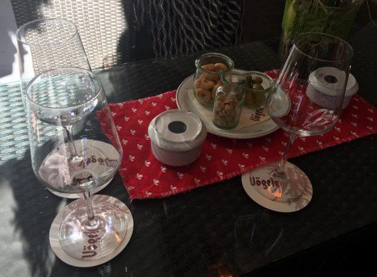 Tisch mit drei Gläsern