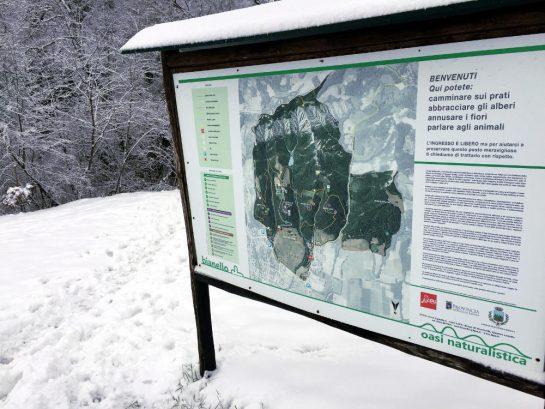 Schild mit Landkarte und Schrift