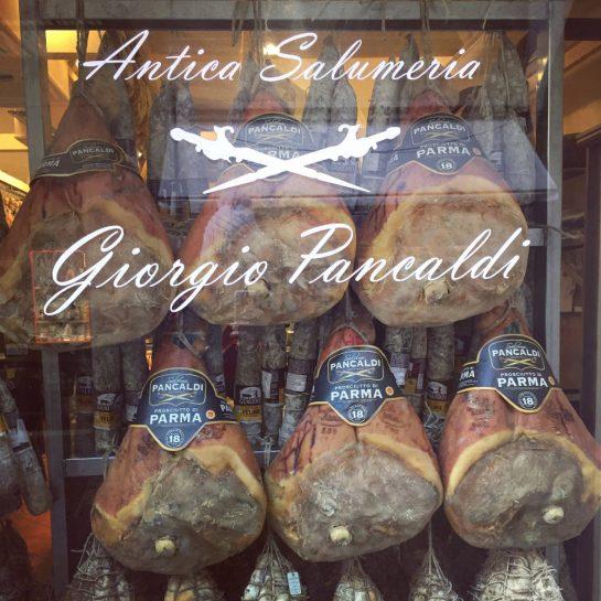Schaufenfenster mit ganzen Parmaschinken