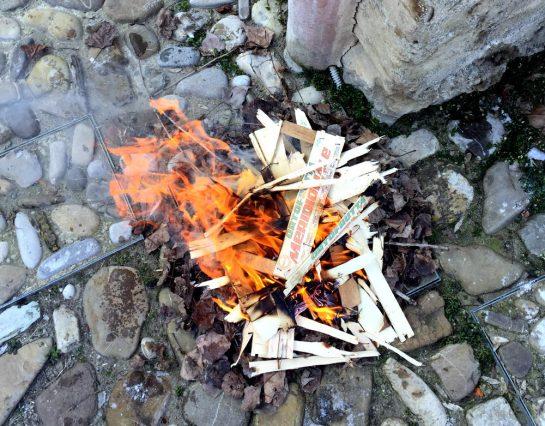 Feuer auf Steinen