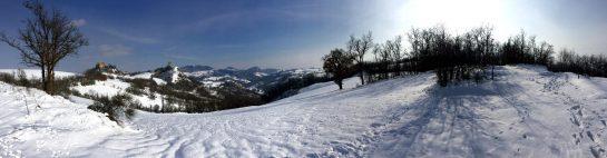 Rossena: Ausicht auf die Burg und die Berge