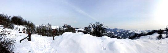 Rossena: Panorama im Schnee mit Schranke