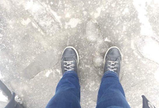 Boden, bisschen gefroren, bisschen Eis, bisschen Wasser