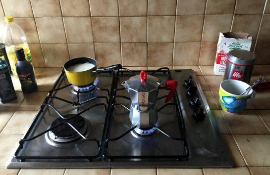 Moka-Kanne und Milch auf dem Gasherd