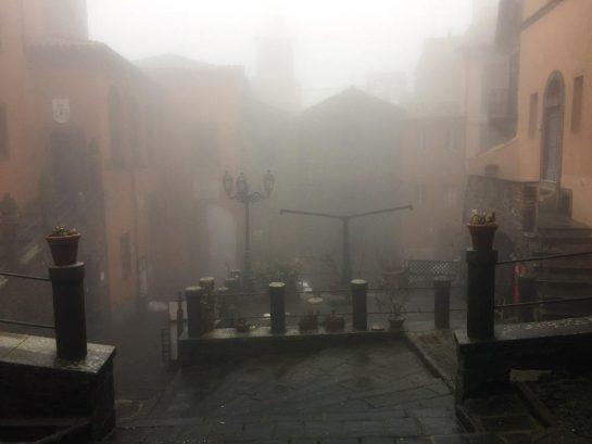 Montefiascone, Platz im Nebel