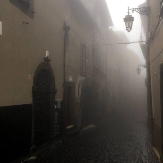 Montefiascone, Gasse im Nebel