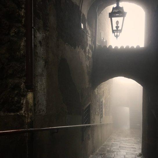 Montefiascone, Gasse mit Lampe im Nebel