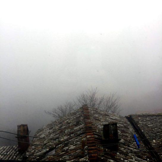 Dach mit dickem Nebel