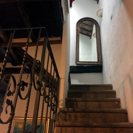 Steintreppe ins Obergeschoss