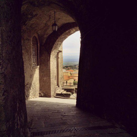 Montefiascone: Durchgang mit Blick ins Tal